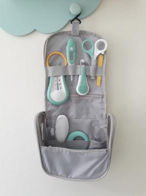 trousse soin premières vacances avec bébé pack nomade béaba