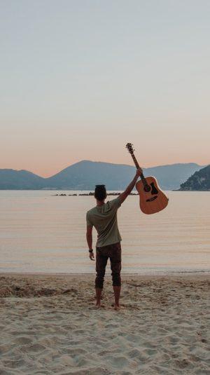 Guitare acoustique et plage